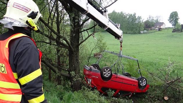 Zásah hasičů u nehody osobního automobilu.