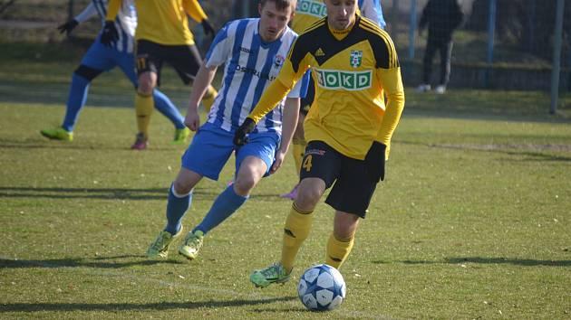 Sander Puri (ve žlutém) se seznamuje s druhou českou ligou.