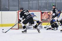 Pokračují hokejové soutěže.