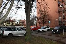 Celkem třinácti vozům v Příční ulici v Karviné-Mizerově prořezal dosud neznámý pachatel či pachatelé gumy během noci ze soboty na neděli.