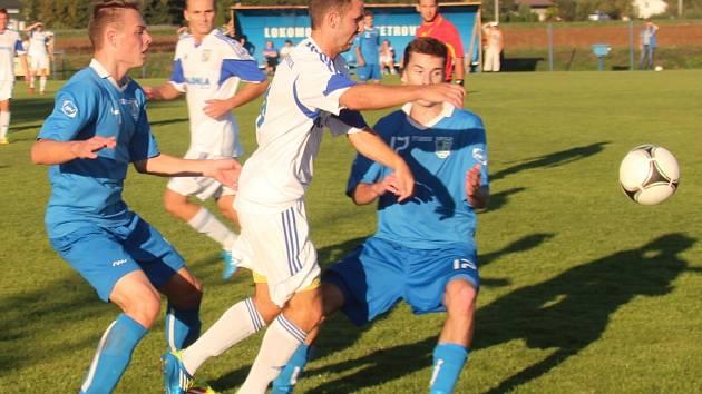 Derby mezi Petrovicemi (v bílém) a Havířovem přineslo jen jediný gól. Dali ho indiáni.