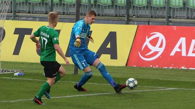 Vladimír Neuman, brankář fotbalové Karviné (v modrém), udělal v utkání minelu. Stane se.
