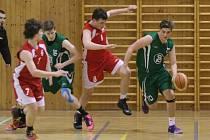Basketbalovým juniorům Karviné (v zeleném) se moc nevede, ale na udržení v soutěži rozhodně mají.