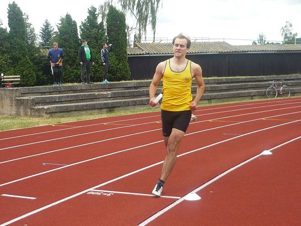 Matěj Linhart ve štafetě na 4x400 metrů.