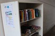 Letní koupaliště v Havířově. Návštěvníci si mohou zdarma vypůjčit i knížku.