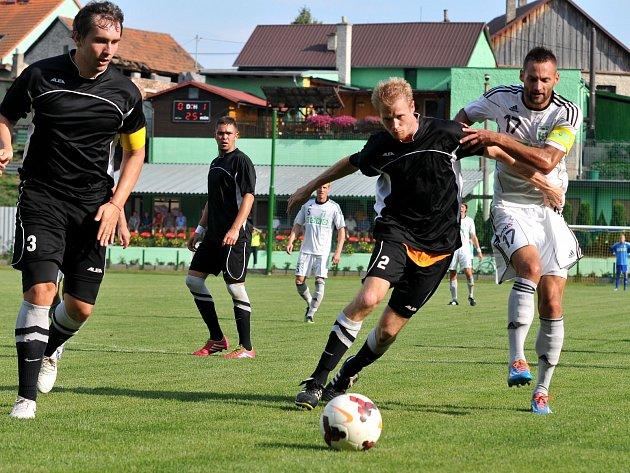 Karvinští fotbalisté (v bílém) přešli v úvodním kole českého poháru přes Kozlovice.