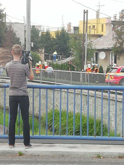 VČeském Těšíně vKarvinské ulici zřejmě výbuch plynu zdemoloval jeden rodinný domek.