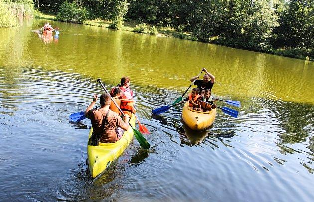 Příď, záď, záchranná vesta a pozor na pádlo! Součástí úterní akce na rybníku Gliňoč byla i hravá přednáška o základech vodáctví.