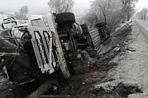 Nehody se nevyhýbají ani kamionům. Ilustrační foto.