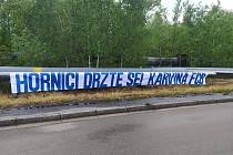 Podporu horníkům z Dolu Darkov vyjádřili i karvinští fanušci Baníku Ostrava.