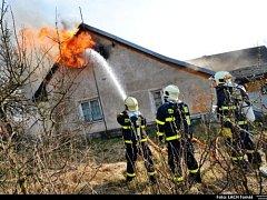 Pět jednotek hasičů zasahovalo v sobotu ráno v Petřvaldu u požáru střechy a půdy staršího rodinného domku.
