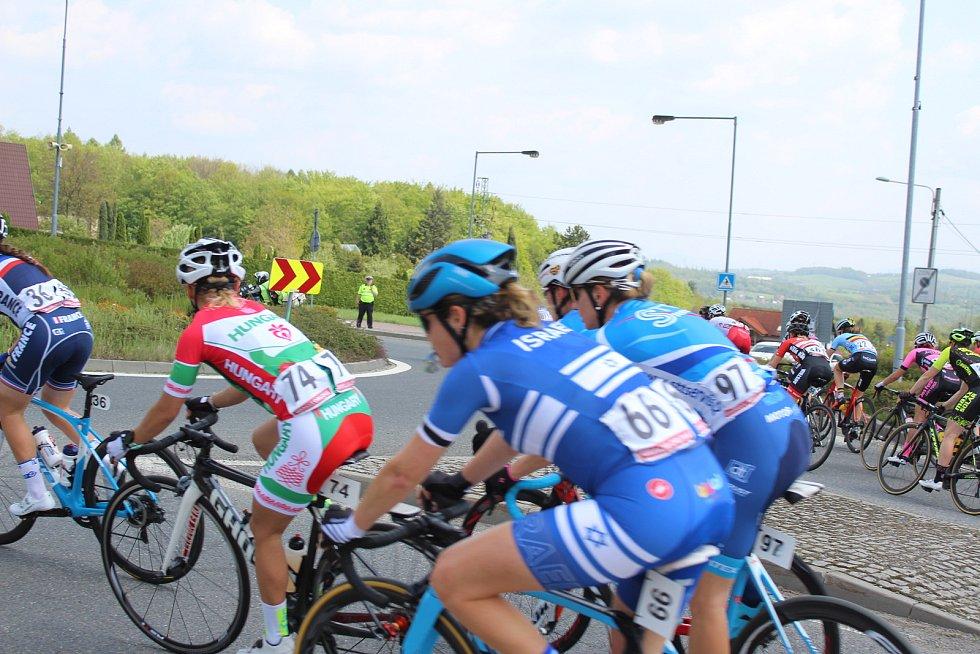 Peloton cyklistek při průjezdu Havířovem.