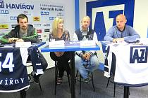 Zástupci AZ Havířov na tiskové konferenci. Zleva kapitán mužstva Jiří Krisl, PR manažerka Jana Karasová, trenér Jan Daneček a manažer klubu Patrik Rimmel.
