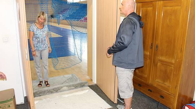 Sportovní hala Žákovská v Havířově má problém s podložím. Náměstkyně primátorky Alena Zedníková s vedoucím haly Miloslavem Santariusem při prohlídce škod.