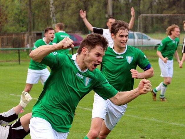 V derby v I.A třídě se z výhry nad Albrechticemi (v bílém) radovali hráči Dolních Datyní.