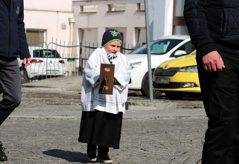 Karvinští zvoníci v pátek před odpolední slavností prošli náměstí s řehtačkami. Místo zvonění se linul zvuk řehtaček také z kostelní věže.
