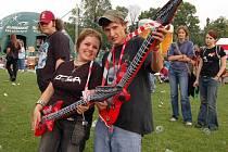 Prodejní hit letošního ročníku - nafukovací kytary.