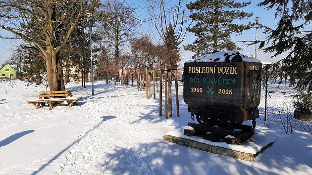 Hornická obec Stonava před 30lety doslova vstala zpopela. Dnes má necelých 2000obyvatel a velmi dobrou infrastrukturu. park PZKO, vozík suhlím zDolu 9.květen.
