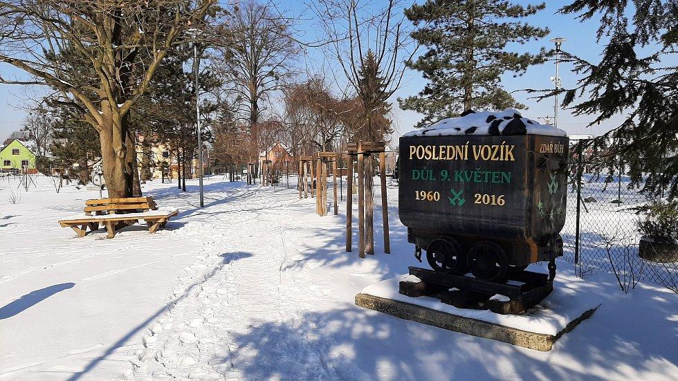 Hornická obec Stonava před 30 lety doslova vstala z popela. Dnes má necelých 2000 obyvatel a velmi dobrou infrastrukturu. park PZKO, vozík s uhlím z Dolu 9. květen.