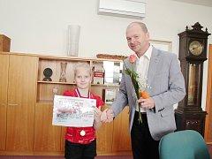 Gratulace od starosty. Malá talentovaná plavkyně karvinských Kosatek Anežka Šidlová z Orlové se dočkala gratulací od orlovského starosty Tomáše Kuči.