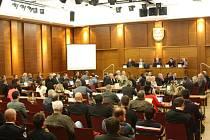 Snímek ze zasedání havířovských zastupitelů v KD Radost. Scházejí se tradičně odpoledne.