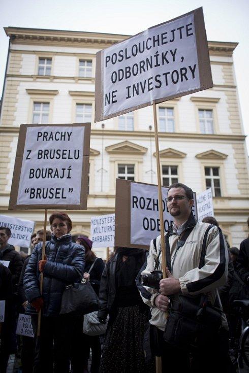 Demonstrace v centru Prahy proti zamítavému rozhodnutí ministerstva kultury o návrhu na prohlášení havířovského nádraží památkou.
