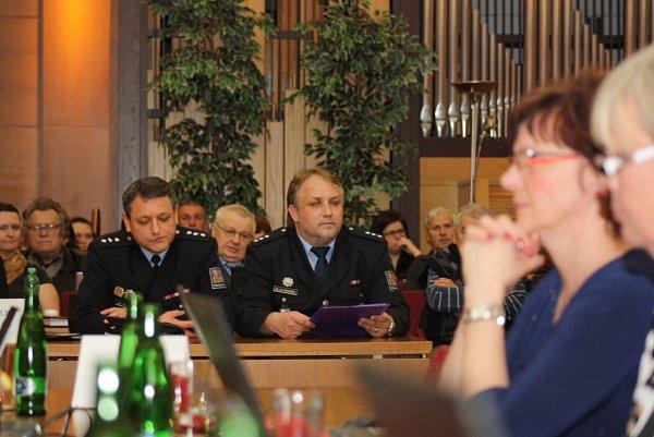Zasedání havířovského zastupitelstva se účastnili také zástupci policie Jan Maceček a Daniel Pilár (vlevo).