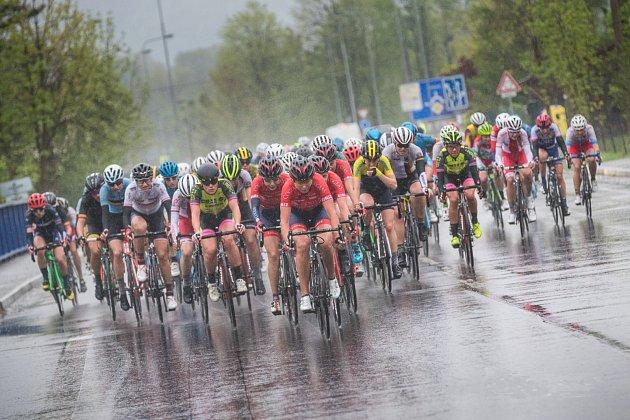 Cyklistkám na Gracii rozhodně nepřeje počasí.