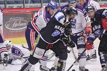 Havířovští hokejisté (v černém) potřetí porazili Karvinou a stali se vítězi druholigové skupiny Východ.