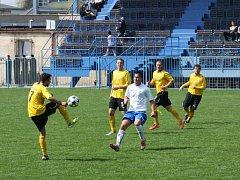 Havířovští fotbalisté (v bílém) porazili Kravaře a odlepili se z posledního místa divize.