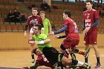 Mladší dorostenci (v zeleném) trenéra Petra Laclavika naopak Duklu porazili.