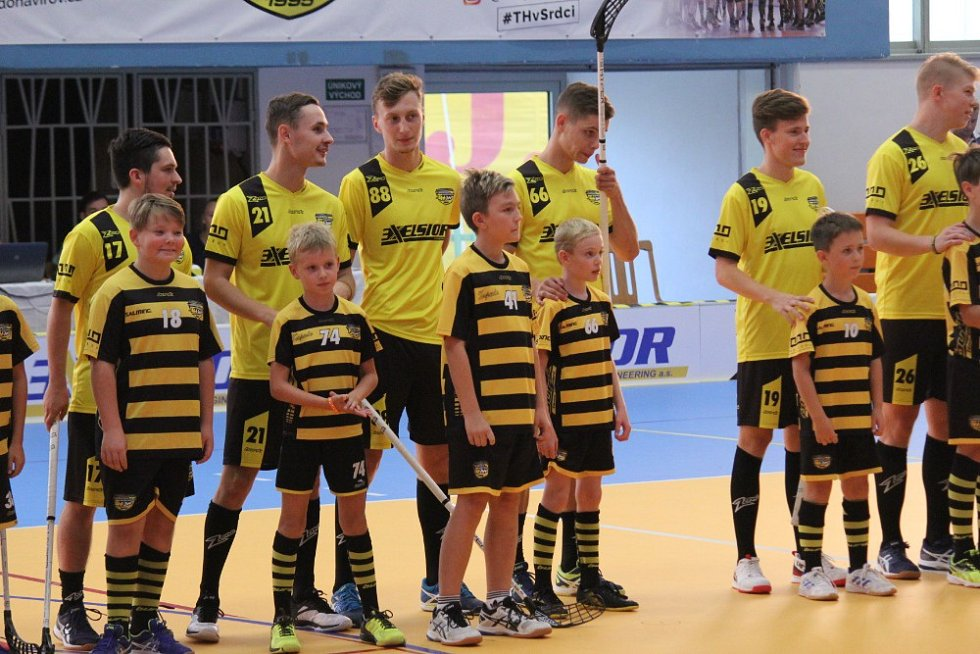 Florbalové derby Torpedo Exelsior (žlutí) vs. Slovan Havířov.