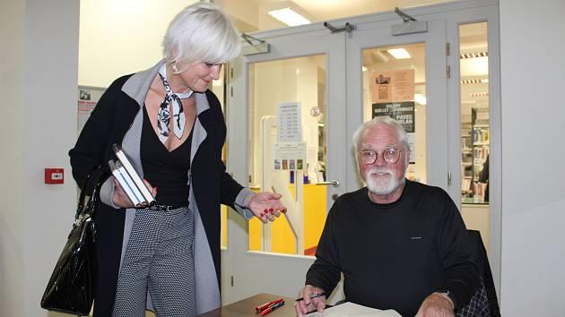 Na svém knižním turné zavítal světoznámý spisovatel Robert Fulghum také do karvinské regionální knihovny.