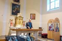 Farář Daniel Vícha v kostele, který už je připraven na generální opravu.