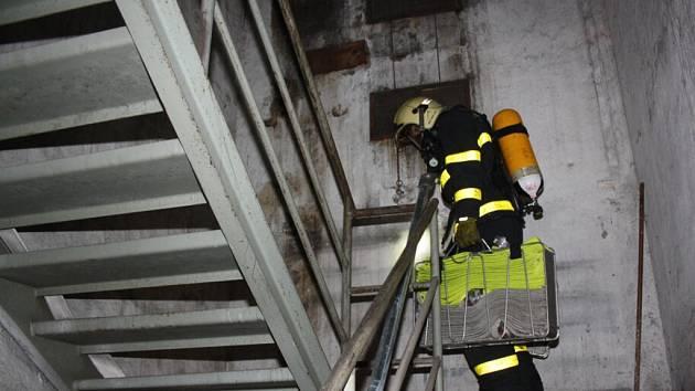 Výcvik havířovských hasičů na skipové věži v Horní Suché.