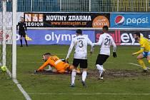 První jarní bod vybojovali i přes nepříznivý průběh zápasu v Teplicích fotbalisté Karviné (v bílém).