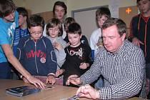 Mladí fotbalisté se setkali s úspěšným trenérem Pavlem Vrbou.