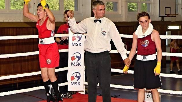 David Polák se raduje z výhry nad olomouckým Filipem Tomešem v oblastní lize boxu.
