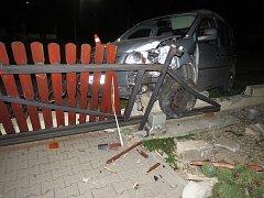 """Opilá a zfetovaná """"řidička"""" bez řidičáku a divoká noční honička s policií. Na začátku byla běžná silniční kontrola v Havířově, na konci plot v Petřvaldě."""
