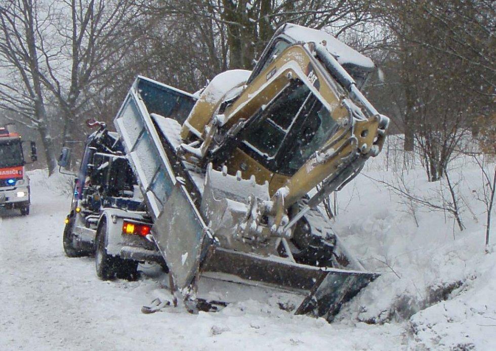 Vyprošťování nákladního automobilu v Orlové.