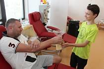 Včelaři z kroužku Ambrožíci poděkovali dárcům krve a plazmy a darovali jim med.