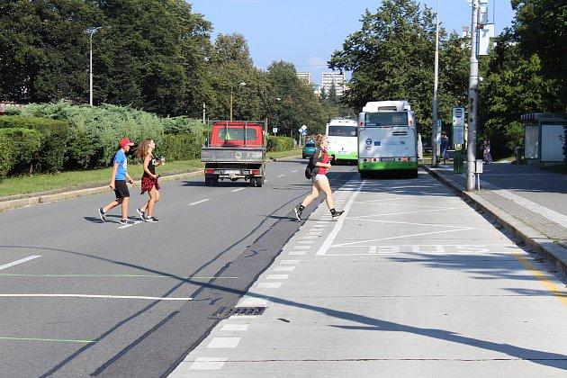 Nebezpečné přebíhání středového pásu a jízdních pruhů na Dlouhé třídě vcentru Havířova.