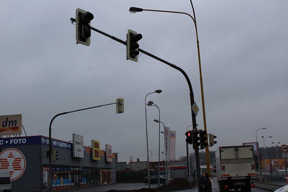 V křižovatce u obchodní zóny v Havířově panuje chaos.