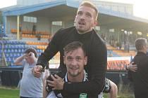 Takto slavil na konci sezony Dávid Guba (nahoře) záchranu Karviné. V klubu bude pokračovat ještě jednu sezonu.