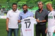 Před zápasem se Karviná oficiálně rozloučila se svým dlouholetým hráčem a kapitánem Pavlem Eismannem (s dresem).