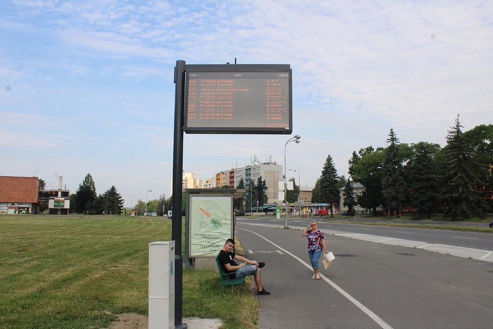 Na vybraných zastávkách v Karviné jsou cestujícím k dispozici nové digitální panely s odjezdy autobusů.