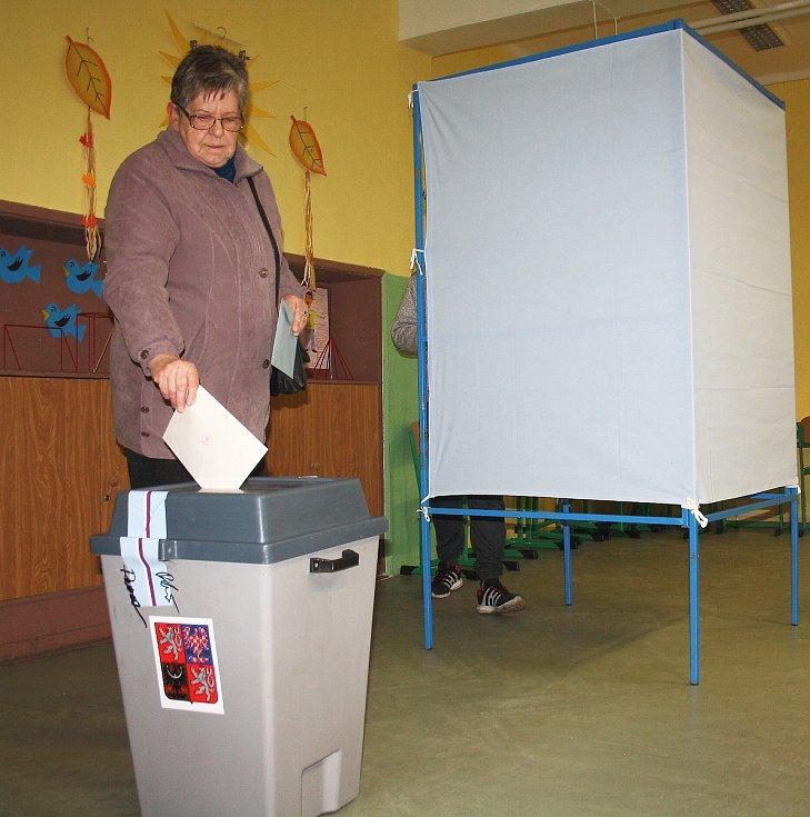 Od prvních hodin voleb mířily do karvinských volebních místností stovky voličů.