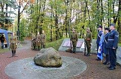 Slavnostního odhalení pamětní desky se v pátek zúčastnili také členové Klubu vojenské historie 1. praporu Ostrava, Klubu vojenské historie Chotěbuz a Československé legionářské obce.