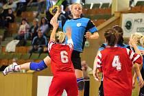 Diana Poláchová (s míčem) je střeleckou oporou karvinského družstva.