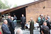 Slavnostní otevření opravené myslivcké chaty na Stružníku.